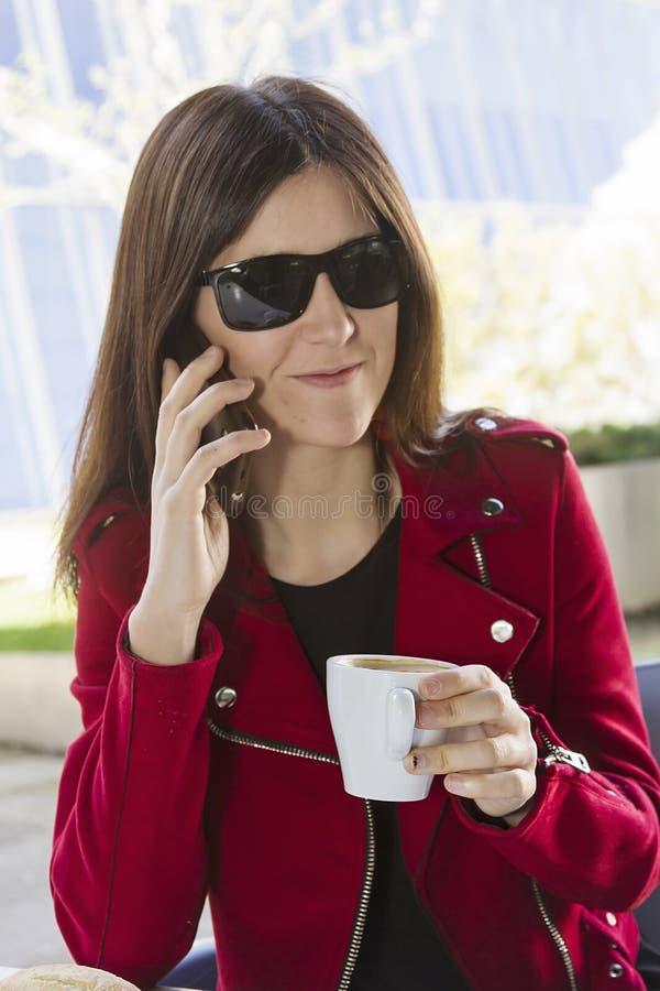 愉快的咖啡在城市 免版税库存照片