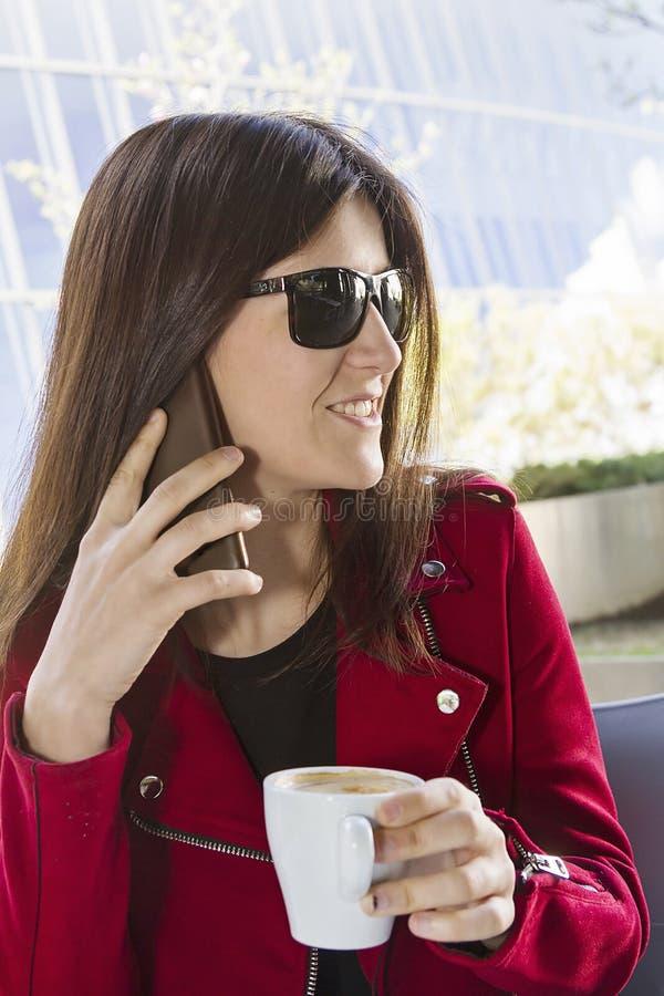 愉快的咖啡在城市 库存图片