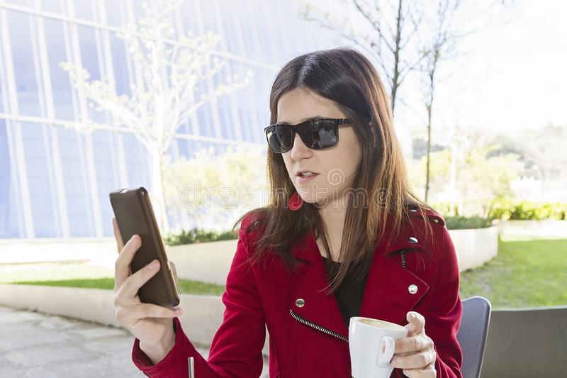 愉快的咖啡在城市 免版税图库摄影