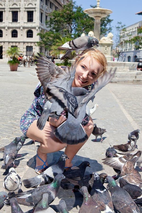 愉快的哈瓦那鸽子妇女 免版税图库摄影