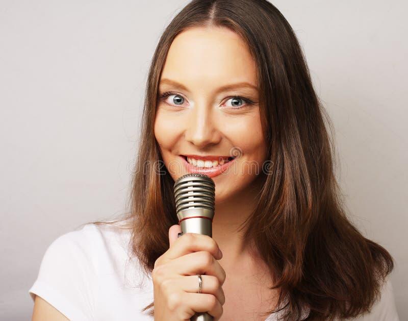 愉快的唱歌的女孩 免版税库存图片