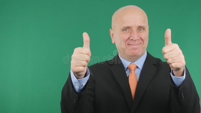 愉快的商人做双重赞许手势做得好标志 免版税库存照片