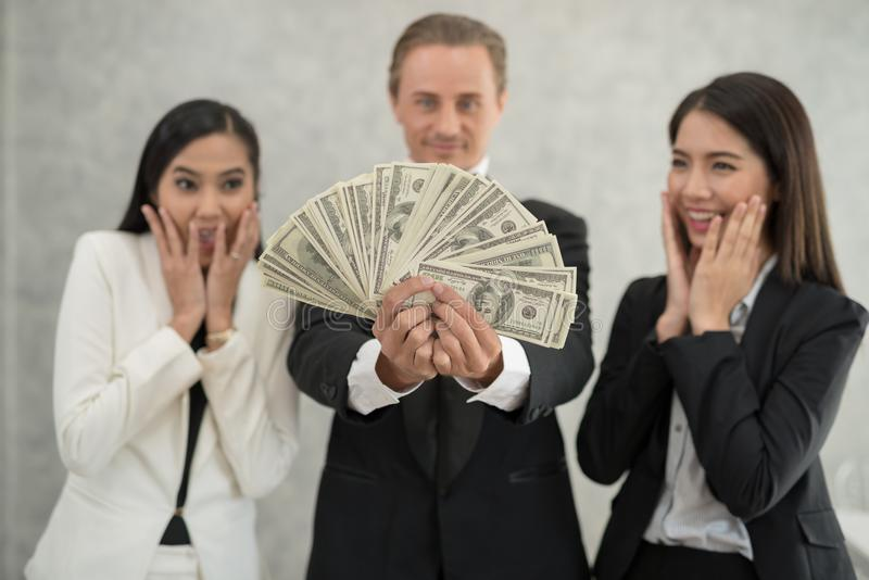 愉快的商人和女实业家有金钱陈列的 successf 免版税库存照片