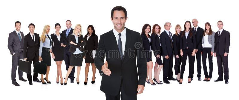 愉快的商人和他的队画象  免版税库存图片