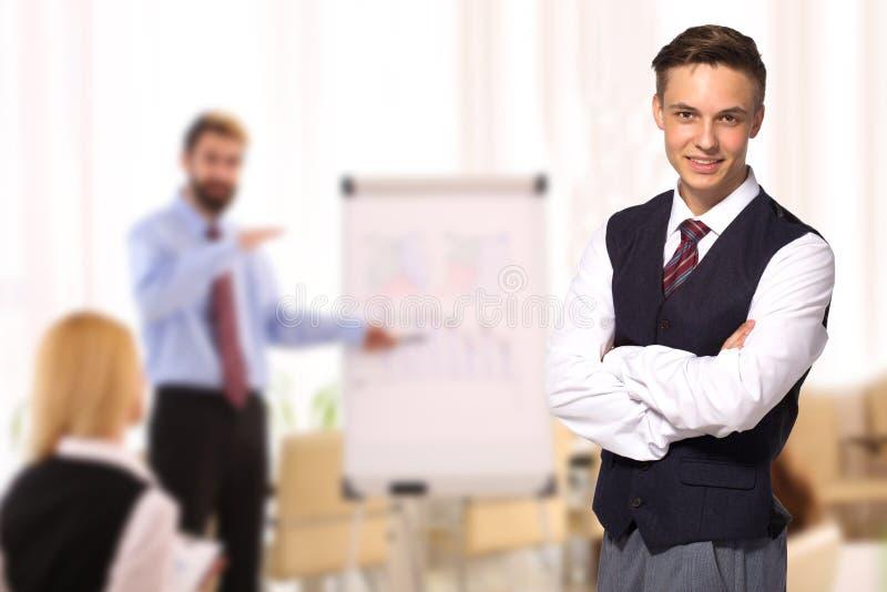 愉快的商人在队会议上在观众席 免版税图库摄影