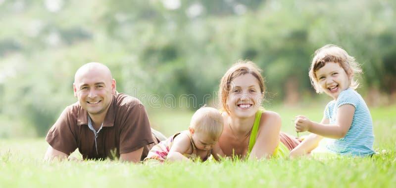 愉快的四口之家在夏天 免版税库存照片