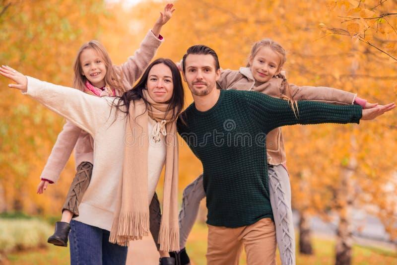 愉快的四口之家画象在秋天天 库存照片
