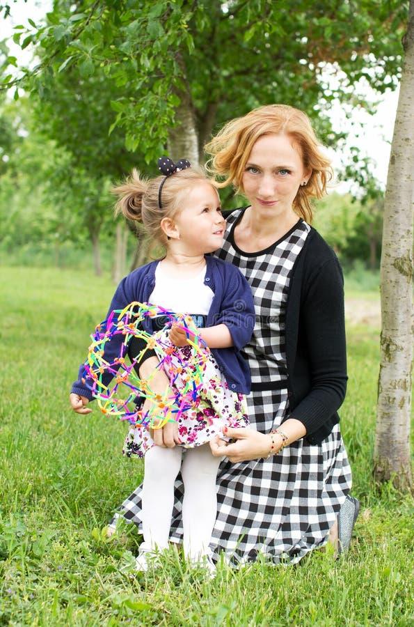 愉快的国家母亲和女儿 图库摄影
