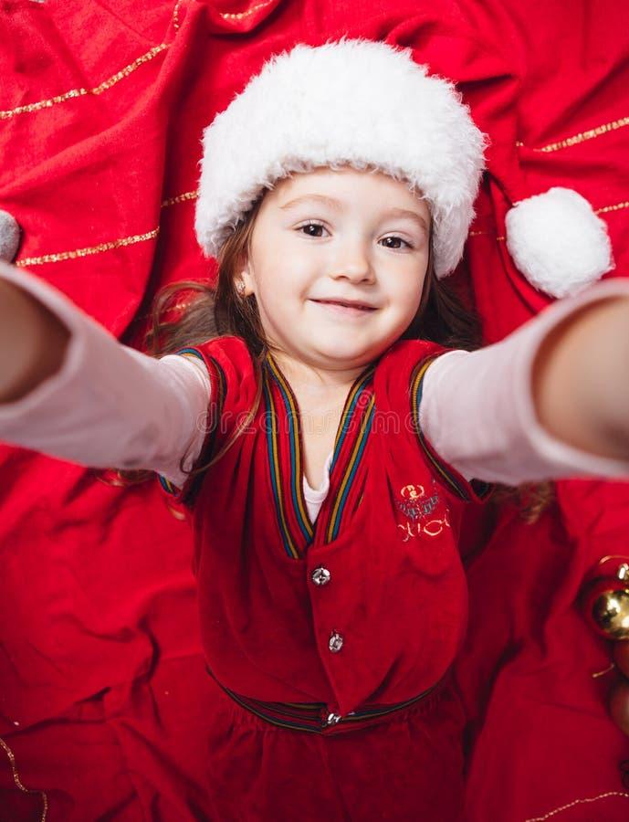 愉快的圣诞节女孩做selfie 库存图片