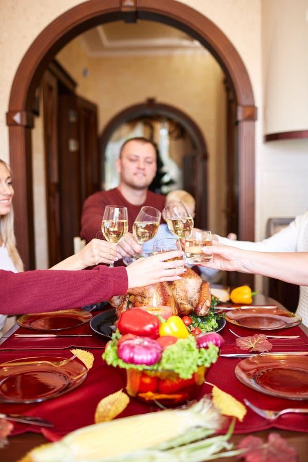 愉快的在圣诞节的家庭欢呼的玻璃在被弄脏的背景 感恩晚餐 庆祝概念 库存照片