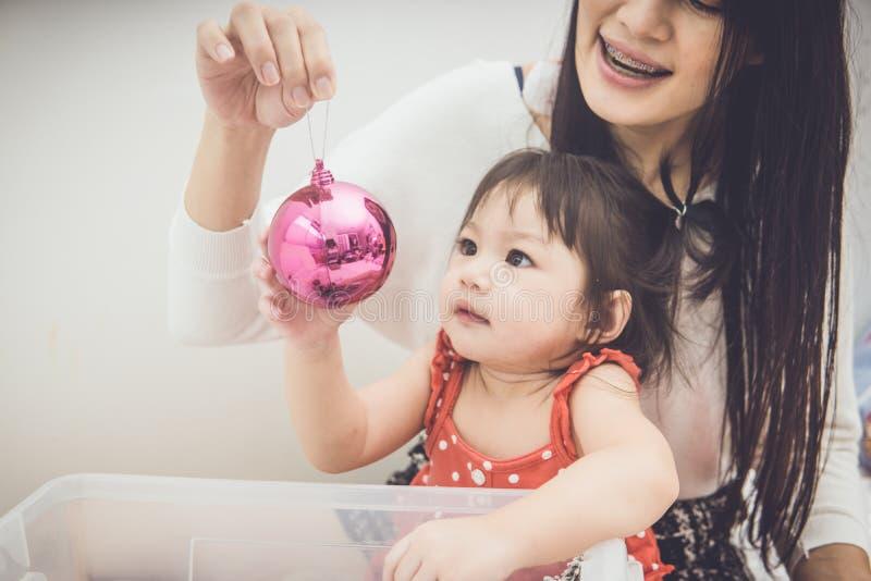 愉快的在家使用家庭母亲和的婴孩 库存图片