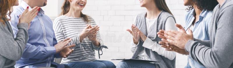 愉快的在疗期的人民拍的手,庆祝进展 免版税库存图片