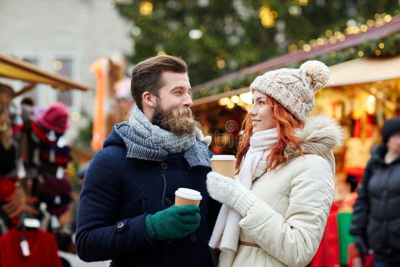 愉快的在老镇街道上的夫妇饮用的咖啡 免版税库存图片