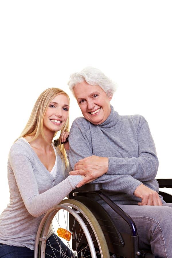 愉快的坐的轮椅妇女 免版税库存照片