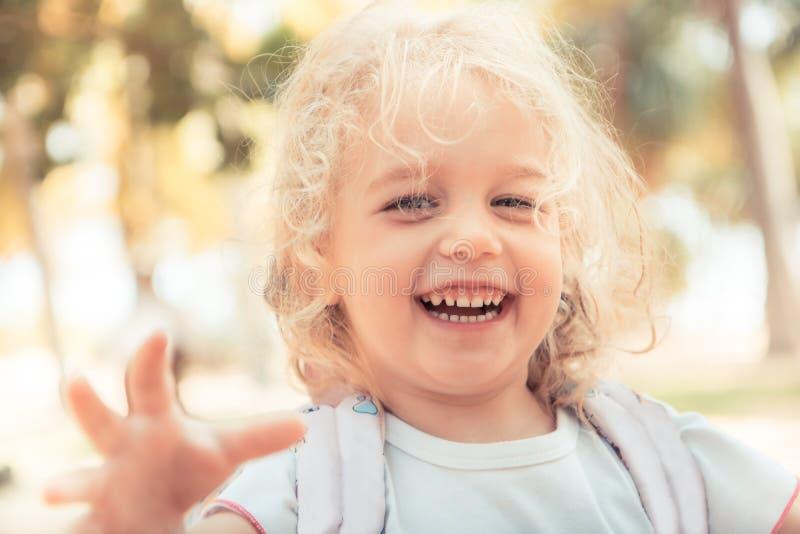 愉快的坦率的儿童女孩笑的暑假画象愉快的无忧无虑的童年生活方式 免版税库存图片
