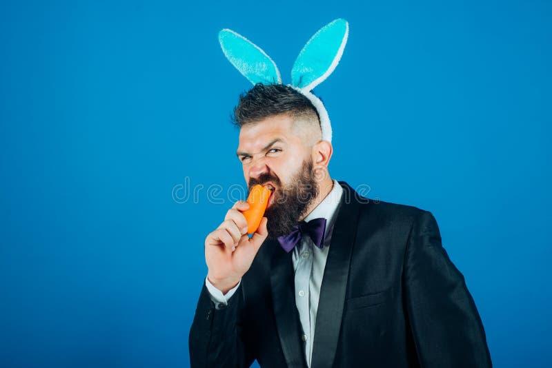 愉快的复活节彩蛋 微笑复活节人 衣服的人与兔宝宝兔子耳朵 复活节兔子礼服 免版税图库摄影