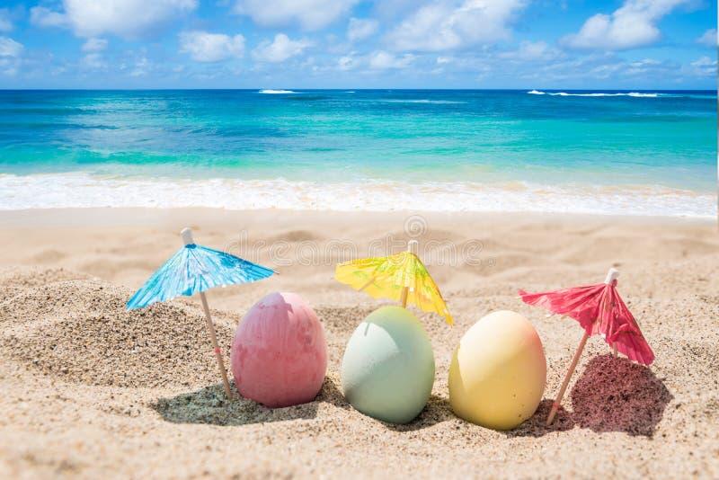 愉快的复活节背景用在沙滩的鸡蛋 免版税库存照片