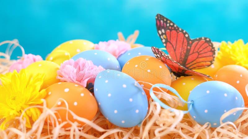 愉快的复活节装饰品、鸡蛋和春天花 免版税图库摄影