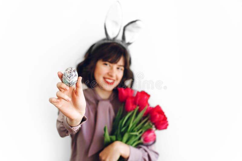 愉快的复活节 兔宝宝耳朵和桃红色tuli的美丽的时髦的女孩 图库摄影