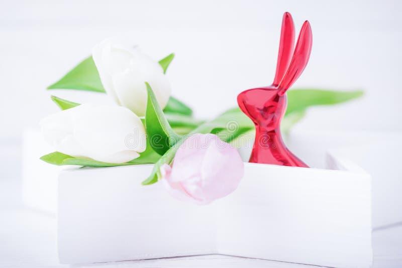 愉快的复活节 复活节兔子和精美郁金香在白色背景 复制空间 免版税库存照片