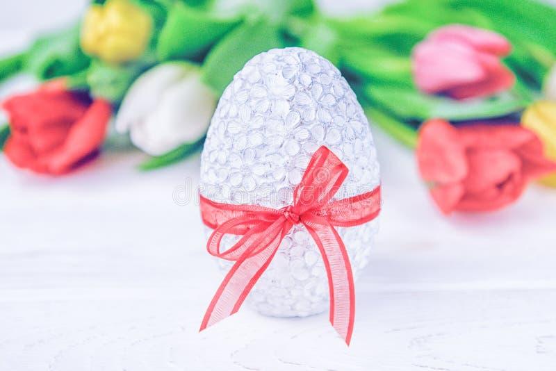 愉快的复活节 复活节彩蛋和五颜六色的郁金香在白色背景 免版税库存图片