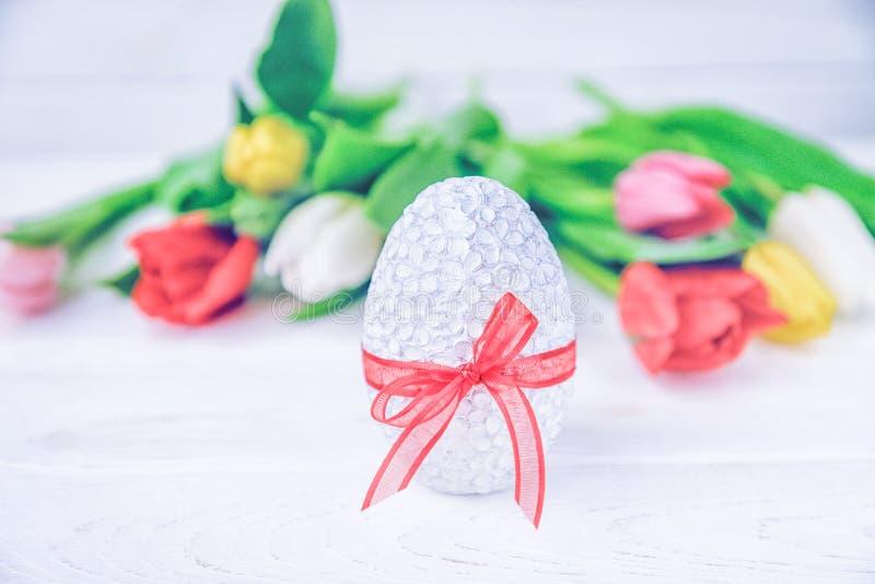 愉快的复活节 复活节彩蛋和五颜六色的郁金香在白色背景 图库摄影