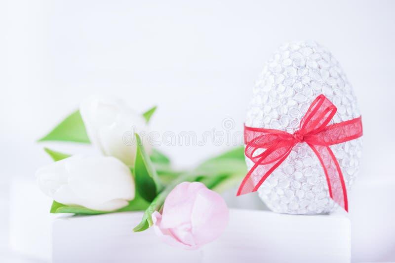 愉快的复活节 复活节彩蛋和精美郁金香在白色背景 复制空间 免版税库存照片