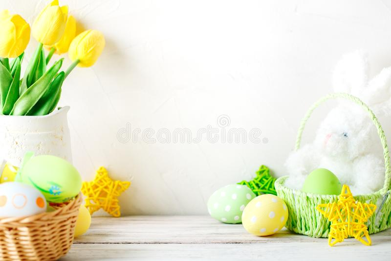 愉快的复活节 祝贺的复活节背景 复活节彩蛋兔子 免版税库存照片