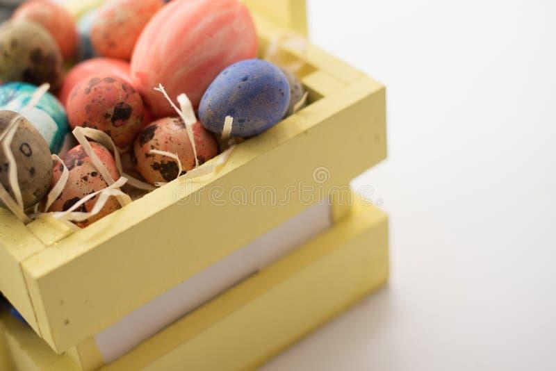 愉快的复活节 背景五颜六色的复活节 鸡蛋查出白色 免版税库存照片
