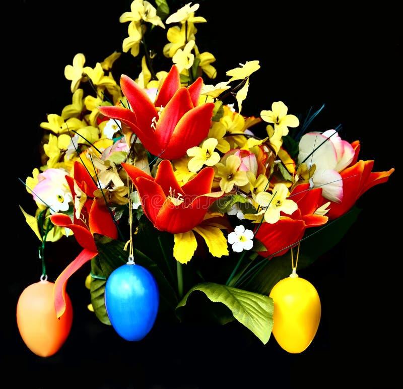 愉快的复活节彩蛋和花 免版税库存图片