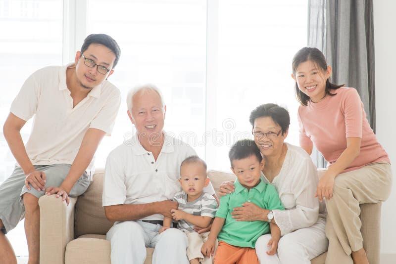 愉快的多世代家庭画象 库存照片