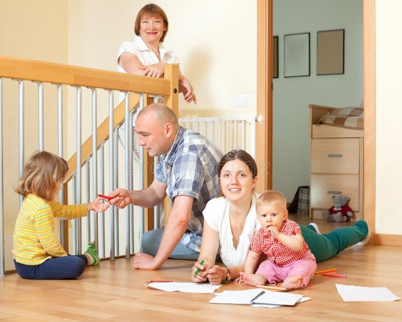 愉快的多代的家庭画象有小孩co的 免版税库存照片