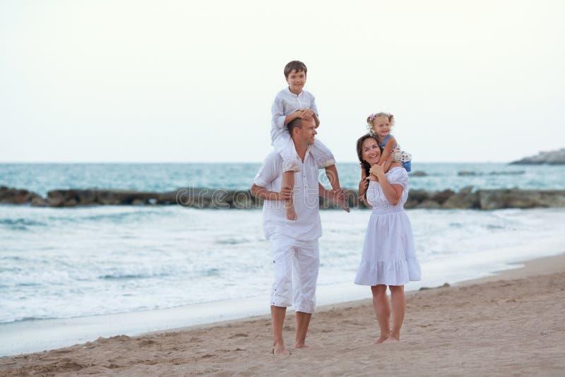 愉快的大美丽的家庭画象在海附近的, 库存照片