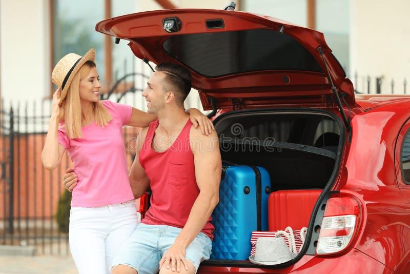 愉快的夫妇临近车厢 库存照片