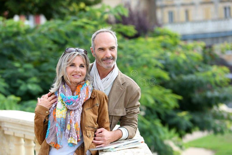 愉快的夫妇参观的镇和庭院 免版税库存照片