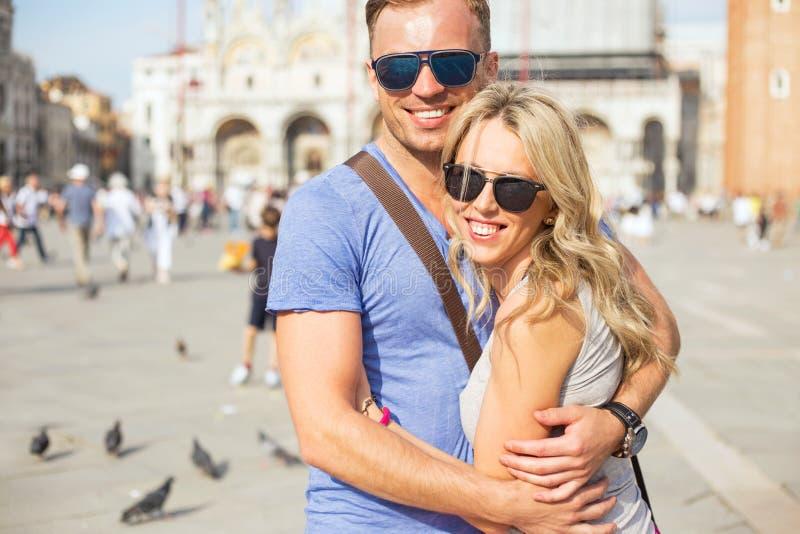 年轻愉快的夫妇在威尼斯 免版税库存图片