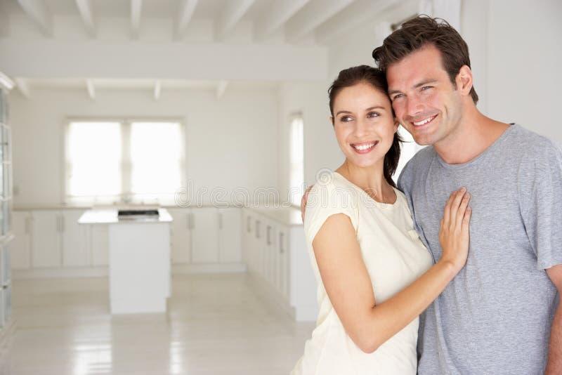 愉快的夫妇在新的家 免版税库存照片