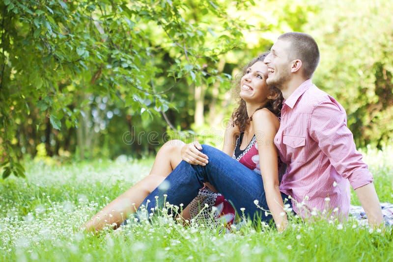 愉快的夫妇在春天公园 图库摄影