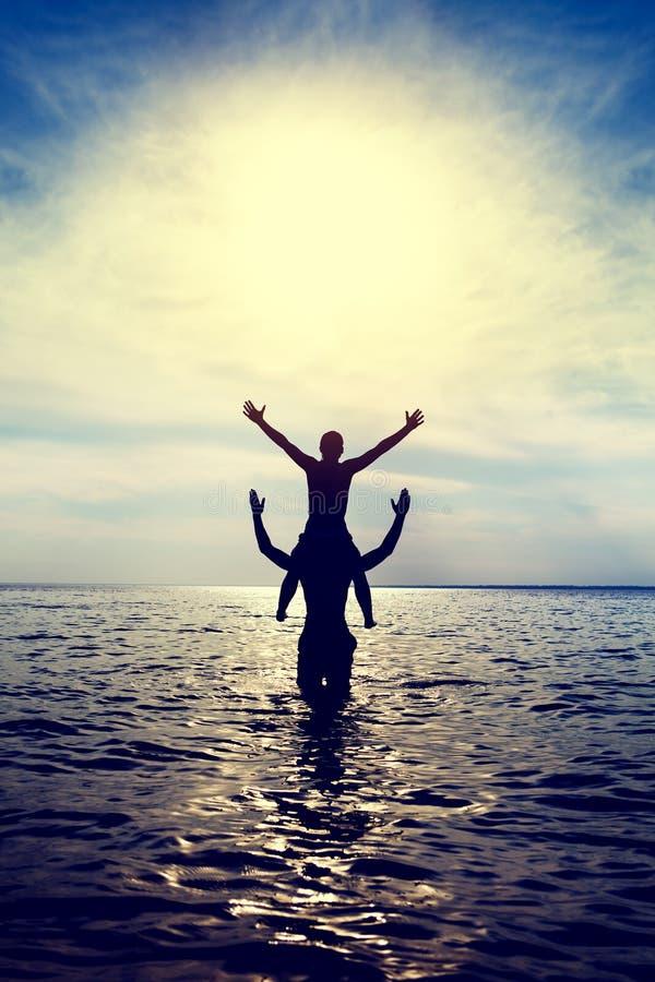 愉快的夫妇在水中 免版税库存照片