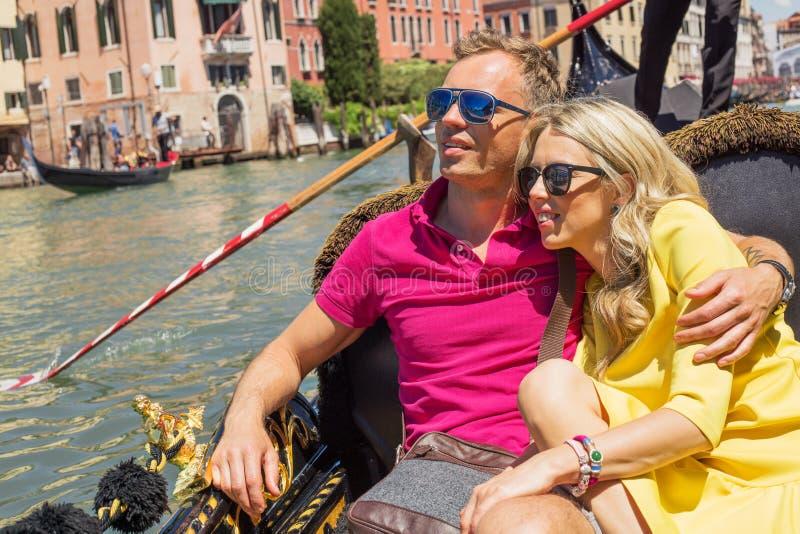 愉快的夫妇在长平底船坐他们的假期 图库摄影