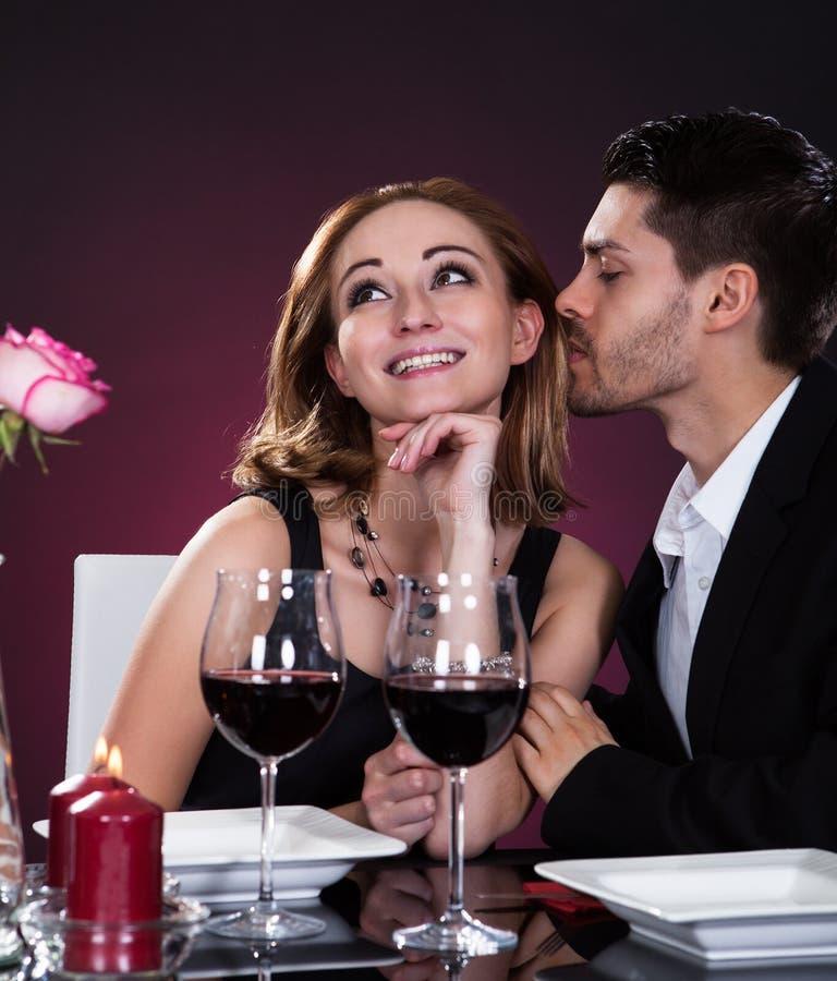 愉快的夫妇在餐馆 免版税库存照片