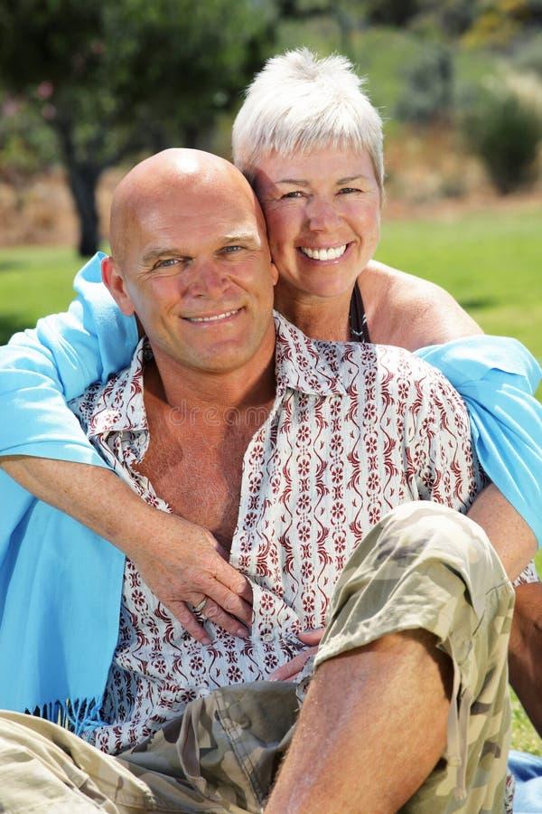 愉快的夫妇成熟户外 免版税库存照片