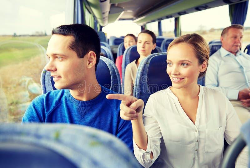 愉快的夫妇或乘客在旅行公共汽车上 免版税库存图片