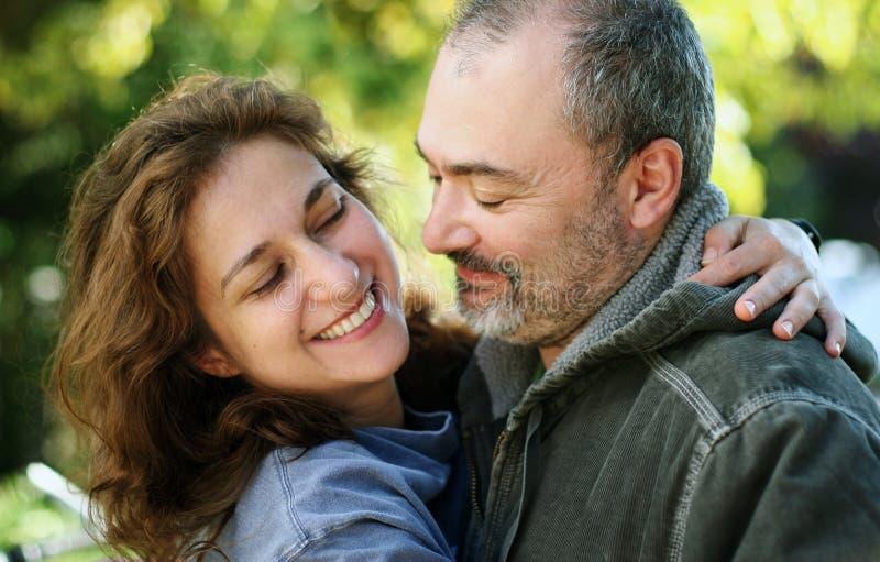 愉快的夫妇户外 免版税库存照片