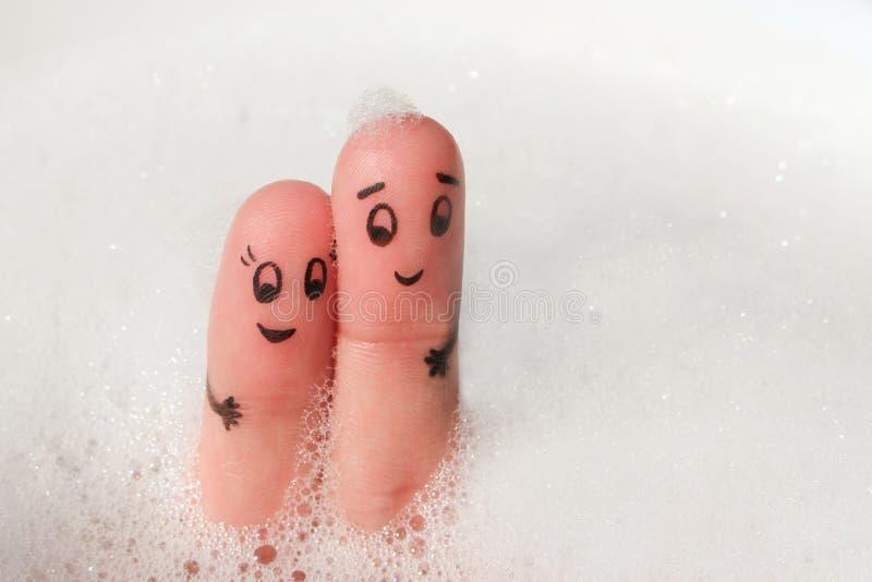 愉快的夫妇手指艺术在浴沐浴 免版税图库摄影