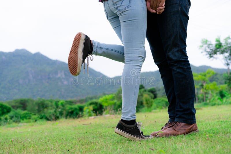 愉快的夫妇散步在小山的浪漫 库存照片