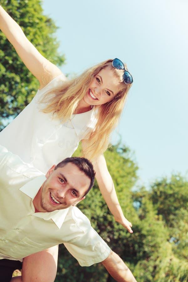 愉快的夫妇有浪漫日期在公园 免版税图库摄影