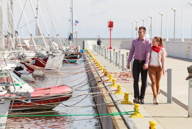 愉快的夫妇有浪漫日期在小游艇船坞 库存照片