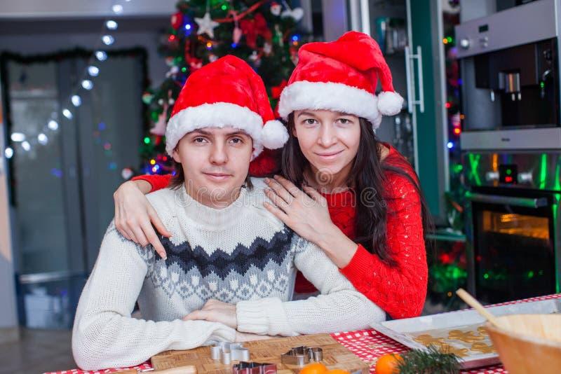 年轻愉快的夫妇烘烤圣诞节画象  免版税图库摄影