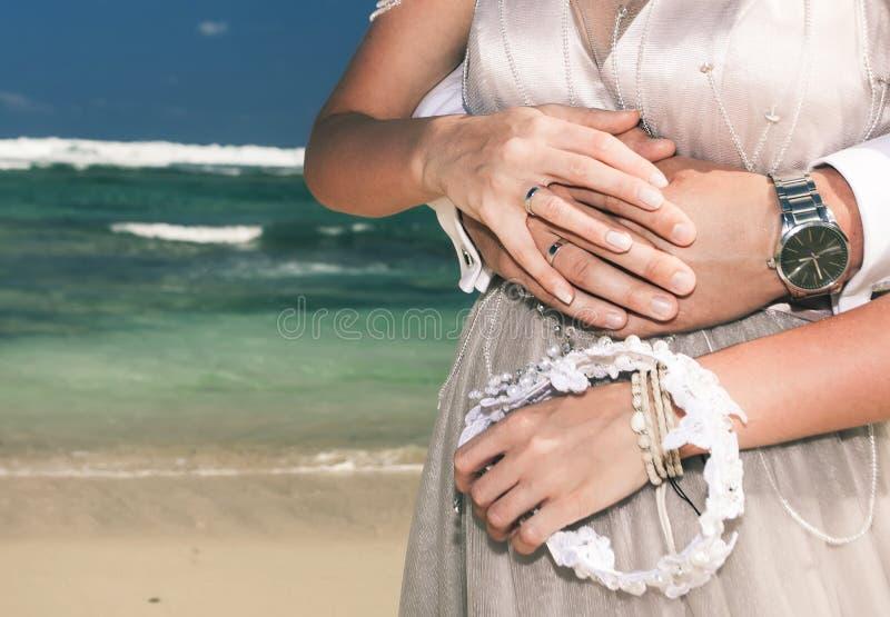 愉快的夫妇特写镜头在海滩的 旅行在泰国 库存照片